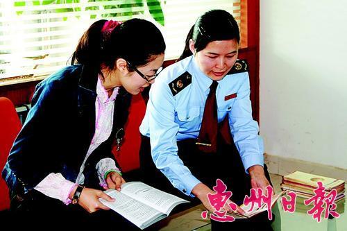 地税部门开展送税法进企业活动。