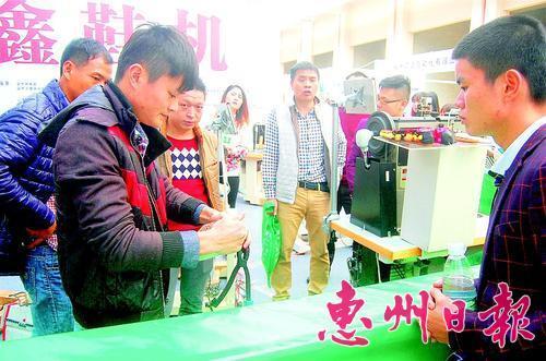 ▲工作人员现场展示先进制鞋工艺。