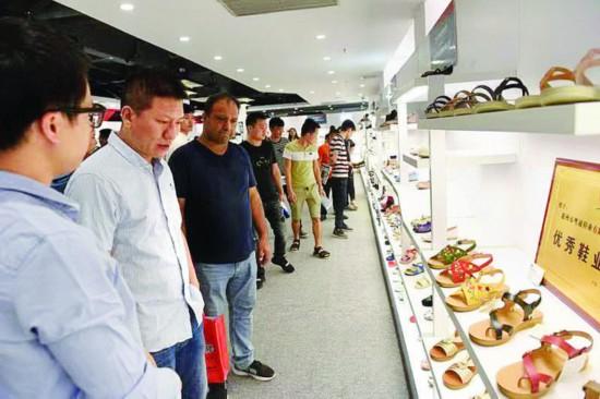鞋文化节上,本地企业向各地企业展出自家产品。