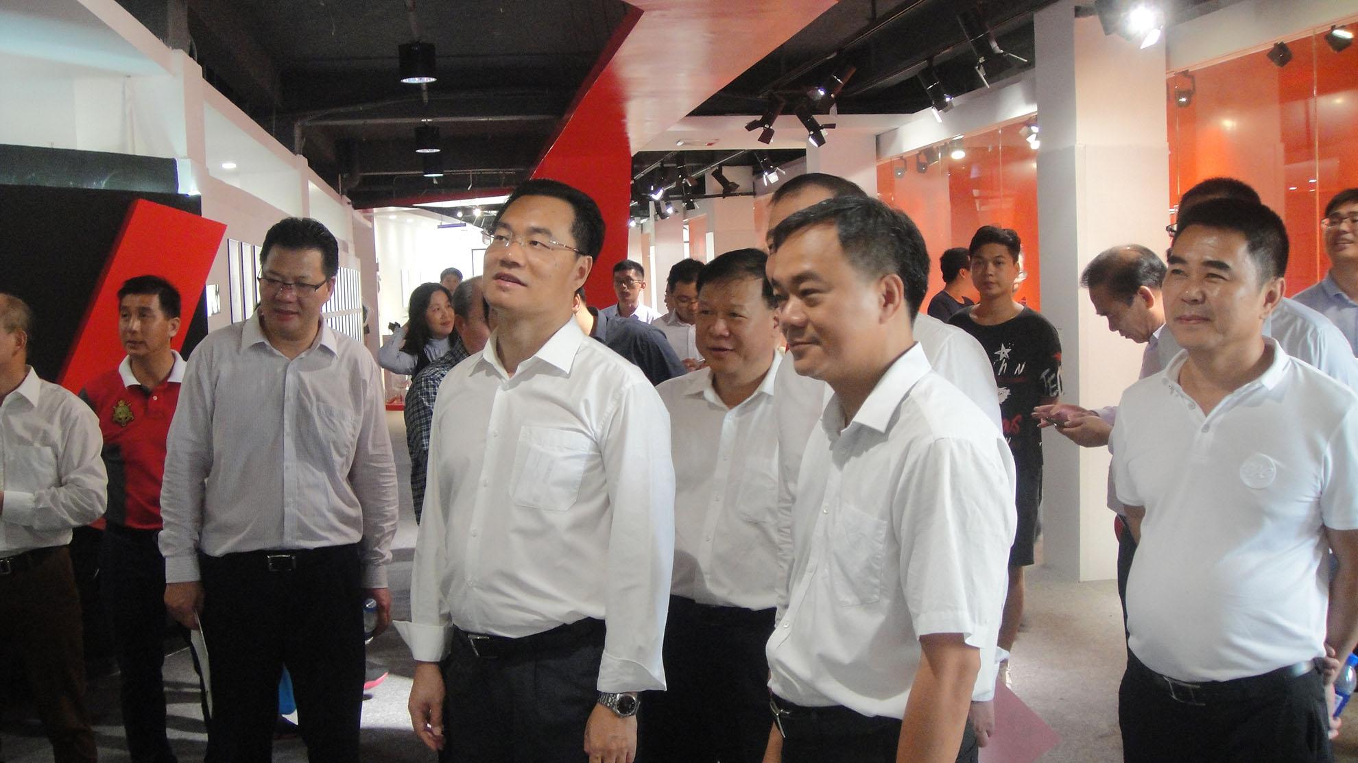 县领导班子到吉隆镇参观时尚女鞋博览馆